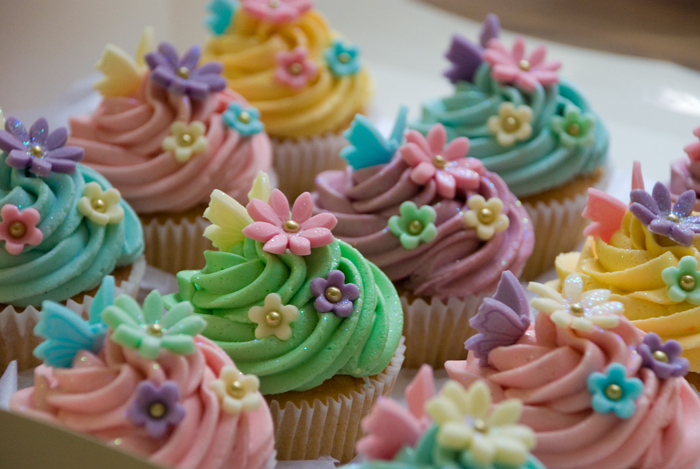 pastel-coloured-cupcakes-for-garys-daughter-2.jpg
